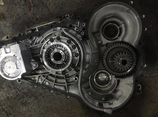 无极变速箱维修无级变速器就像自行车的齿轮传动装置。它由一个滑轮系统所组成,滑轮的两侧都是锥形结构,都通过链带连接。通过这些锥形结构的闭合或者分开,来增加或者减少传动带啮合的工作半径。这里的齿轮比很重要,基于油门踏板的位置、车速和发动机转速等因素而进行自动选择。 所有这一切都意味着无级变速器与传统变速箱有着本质的区别,不用使用档位杆进行手动换挡。齿轮比根据最佳的速度与燃油经济性组合不断进行改变。一些无级变速器甚至装有按钮来帮助在预置的齿轮比间转换,这模仿了传统的自动变速器。第一次驾驶无级变速器汽车的人一定会